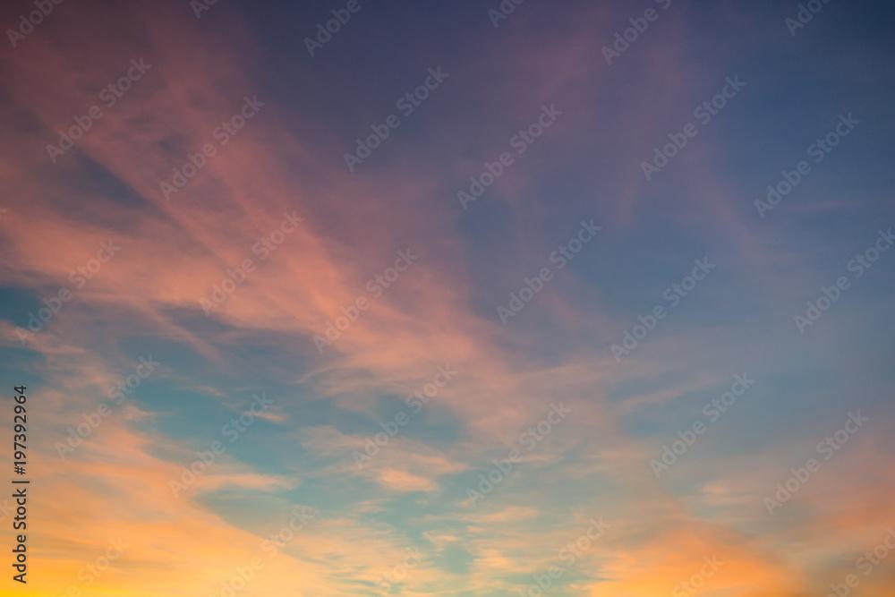 Chmury oświetlone zachodzącym słońcem jako tło dla prac graficznych.