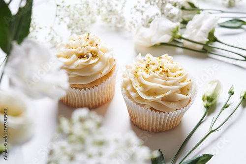 Photo  cupcakes and flowers