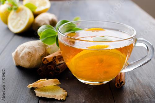 kubek-goracej-herbaty-z-cytryna-i-imbirem