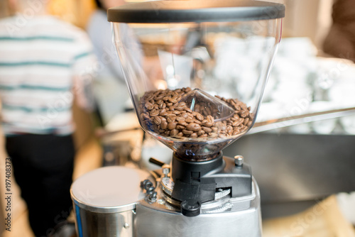 Photo  Close-up view on the coffee grinder with coffee beans in the cafe