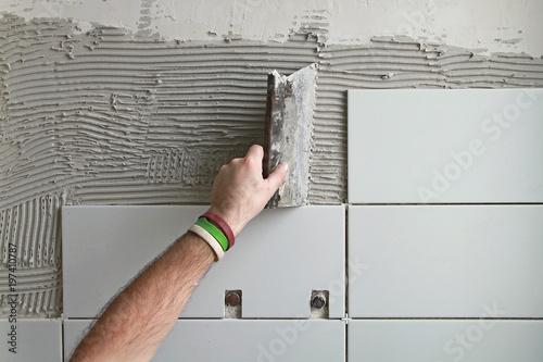 Fototapeta Pose de carrelage de salle de bain