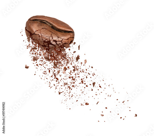 Poster Café en grains Coffee beans break into powder close-up isolated on white background