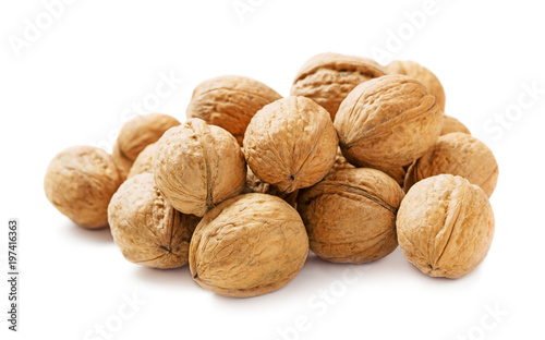 Fotomural  heap of walnuts isolated on white background