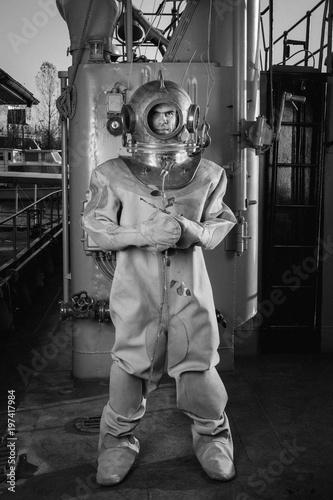 Obrazy do przedpokoju  brave-diver-holding-a-rose-in-his-hands