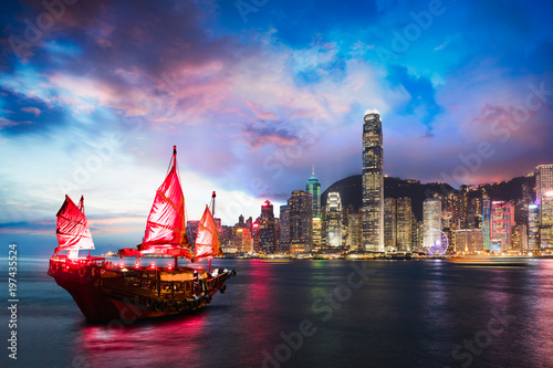 Photo Victoria Harbour Hong Kong night view with junk ship on foreground