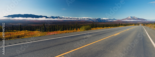 Fotografía Mountains To Tundra Valley View Two Lane Highway Alaska United States