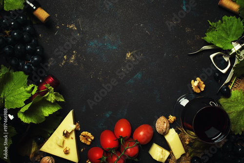 Plakat Czerwone wino i przekąski, włoskie jedzenie, ramki i kopia przestrzeń, widok z góry