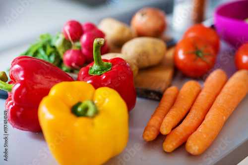 Fotodibond 3D Zamyka up świezi różnorodni kolorowi warzywa jest myjący i przygotowywający gotującym na kuchennym kontuarze.