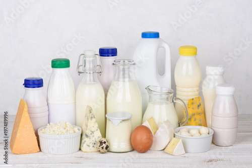 Montage in der Fensternische Milchprodukt Big set of dairy products on white wooden table still life