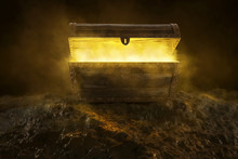 Mysteriöse Kiste Mit Gelbem R...
