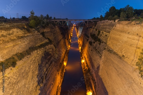 Tuinposter Kanaal Corinth canal during the twilight
