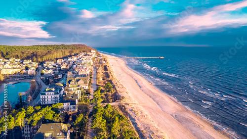 Obraz Luftbild vom Bansiner Strand mit Seebrücke und Promenade - fototapety do salonu