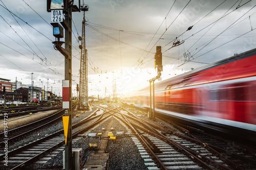 Staande foto Spoorlijn Zug verlässt Frankfurter Bahnhof