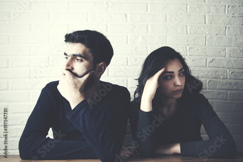Fotografía  angry or sad couple  on brick wall background