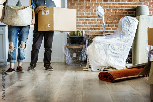 Fotomural  Couple moving into new house