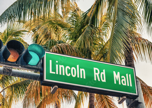 Fotografia  Lincoln Road Mall street sign. It is a famous road of Miami Beach