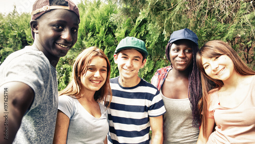 Fotografía  Multi ethnic teenagers smiling outdoor making selfie