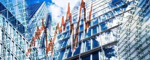 Cuadros en Lienzo Wolkenkratzer und Finanzsymbolen
