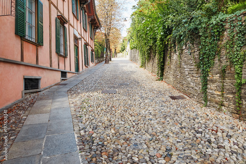 Cadres-photo bureau Ruelle etroite Bergamo, Italy - August 18, 2017: Quiet and narrow streets of the old town of Bergamo.