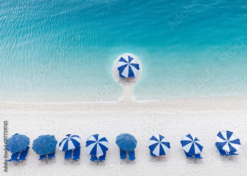 Photo Competitive and business advantage concept as a group of sun umbrellas