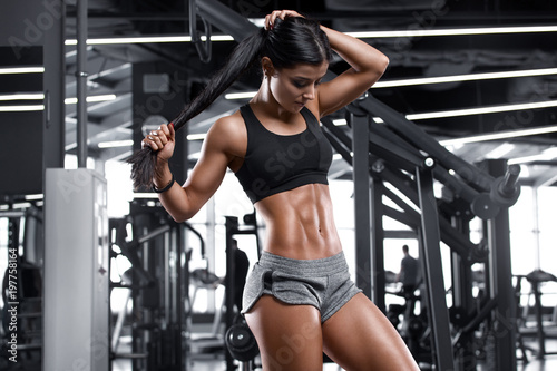 Fotografía  Fitness sexy woman showing abs and flat belly