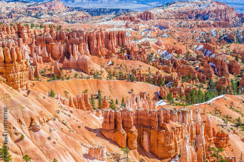 Keuken foto achterwand Canyon Red-yellow rocks in Bryce Canyon. Panorama of the mountain massif. A tourist place, a stone forest.