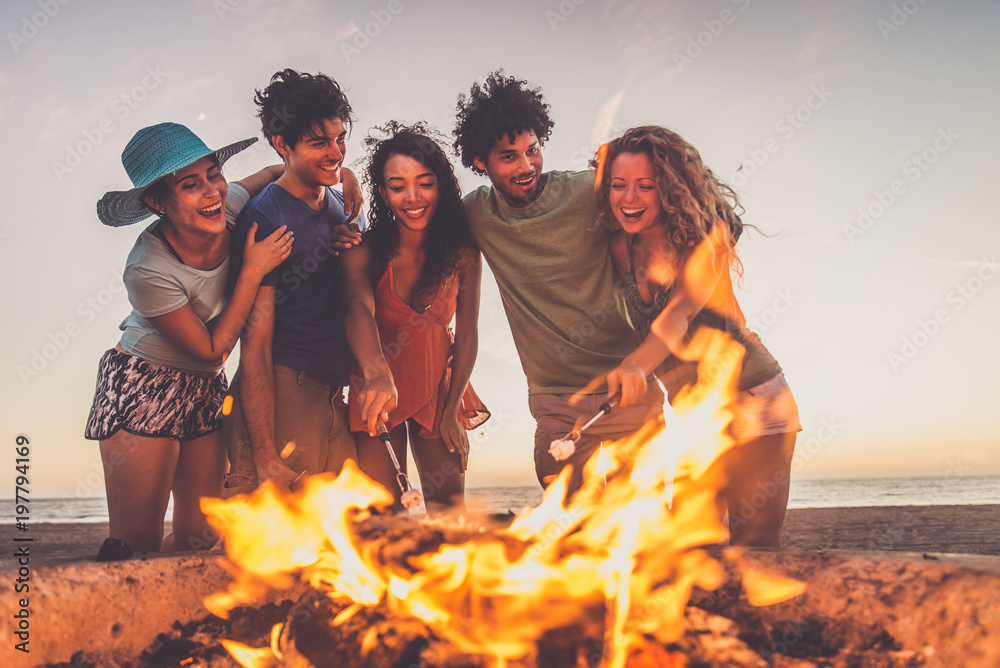 Fototapety, obrazy: Friends partying on the beach