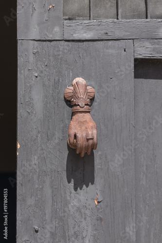 Fotografía  Antique rusty door knocker on rough wooden door