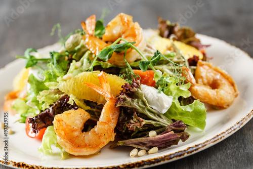 Foto auf Leinwand Gericht bereit salad with shrimps