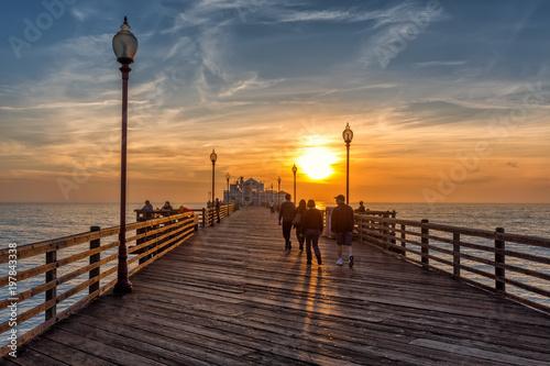 Photo People walking on Oceanside pier at sunse, California