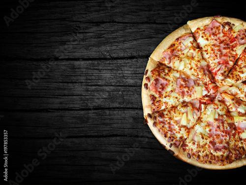 Valokuvatapetti bardzo pyszna pizza hawajska prosto z pieca