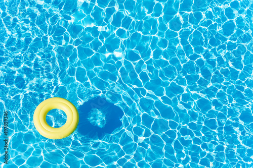 Fotomural Empty rubber ring floating on blue water surface