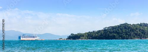 Fotografie, Obraz  Transatlântico e ilha