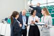 Geschäftsleute reden in einer Konferenz Pause