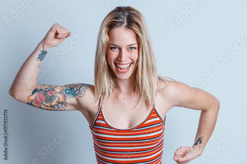 Fotografie, Obraz  bella ragazza gioca mostrando i muscoli