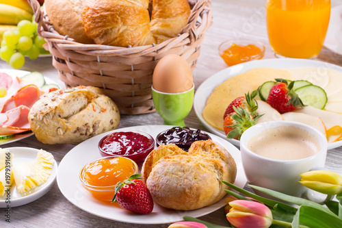 Foto op Aluminium Buffet, Bar Leckeres Frühstück mit Brötchen und Kaffee