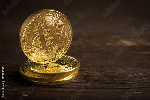 Bitcoin Münzen Auf Holzuntergrund Kaufen Sie Dieses Foto Und
