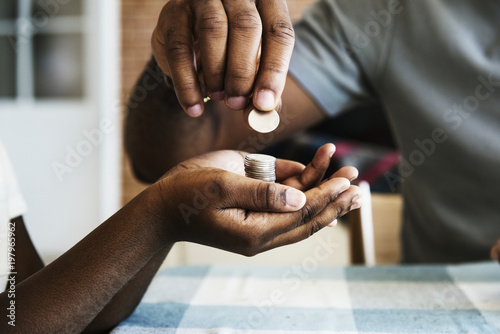 Photo Dad giving coins to his daughter