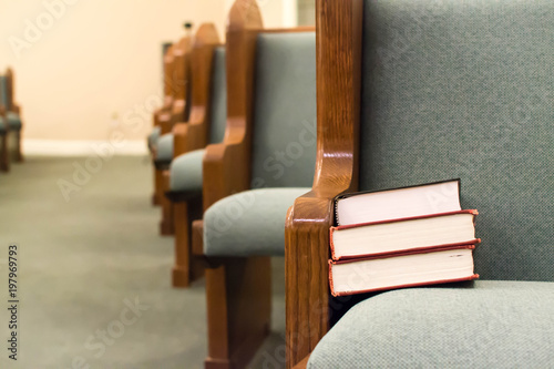 Empty pews with stacked books Fototapet