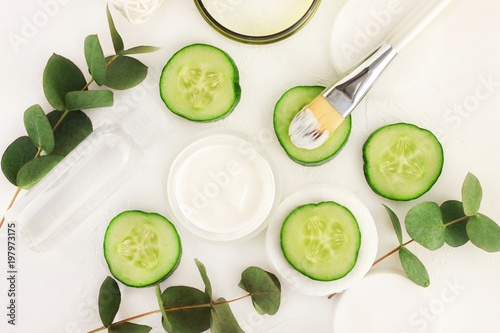 Fotografía  Natural skincare with refreshing green cucumber slices