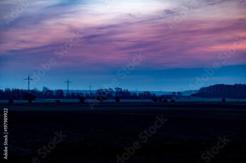 Foto  Acker, Ackerfläche oder Landwirtschaftliche Fläche im Morgengrauen