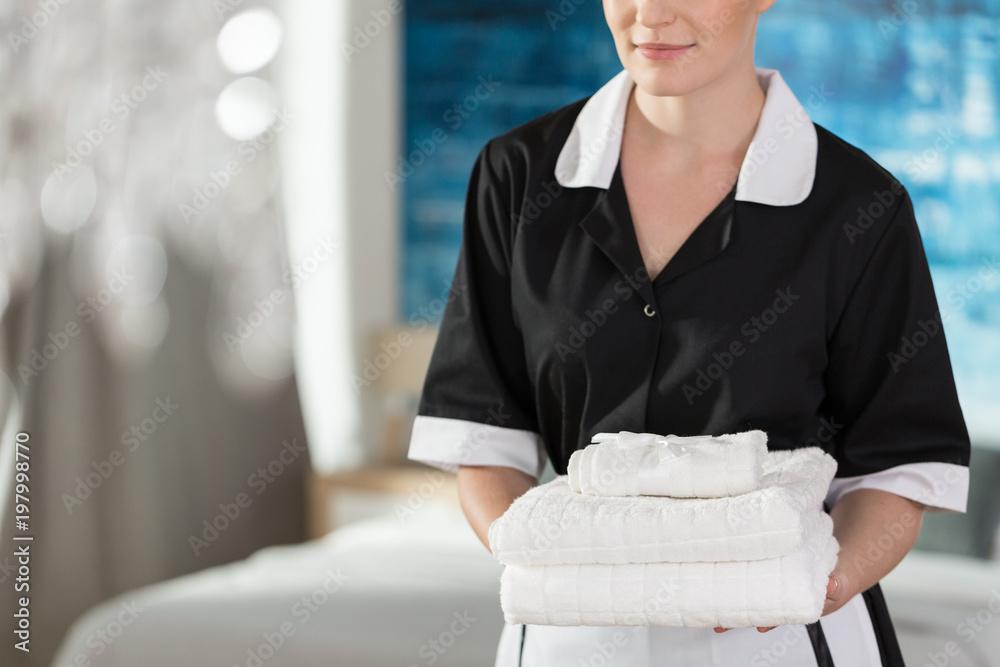 послушная горничная подает полотенце