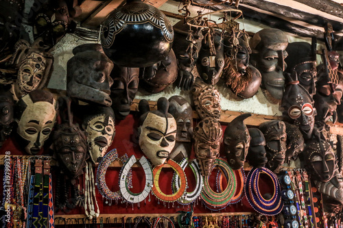 Montage in der Fensternische Sansibar African masks on the market in Stone Town, Zanzibar, Tanzania