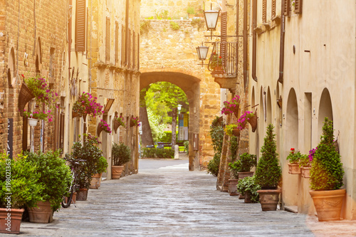 Photo Colorful old street in Pienza, Tuscany, Italy