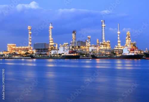 Photo  ship port and oil refinery plant with blue river on twilight time