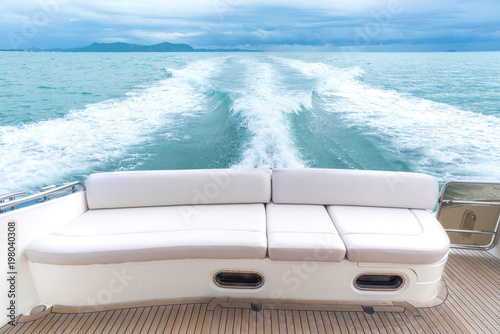 Fotografía White sofa set on a luxury yacht stern interior comfortable design for holiday r