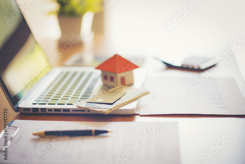 Fotomural  Real estate broker sale contract for house resale agreement with ink pen and hou