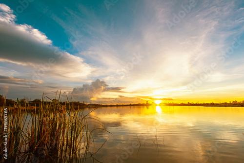 sceneria-jeziora-krajobraz-z-niebieskim-niebem-i-zmierzchem