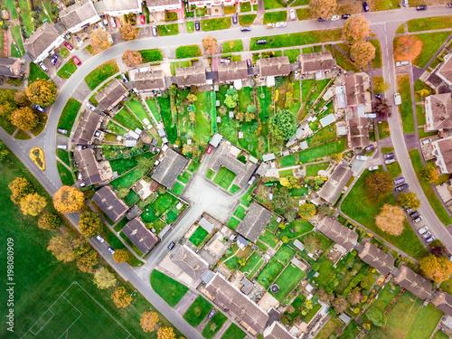 widok-z-lotu-ptaka-w-stylu-satelitarnym-domow-na-angielskim-osiedlu-patrzac-prosto-na-ulice-i-domy-z-koncepcjami-spolecznosciowymi-i-spolecznymi