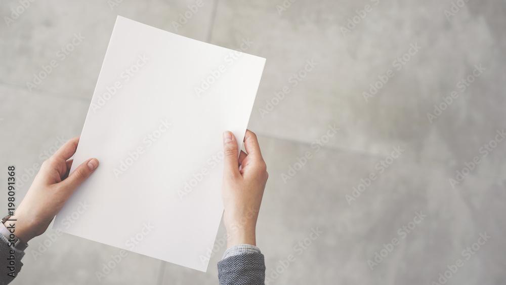 Fototapety, obrazy: Person holding white empty paper